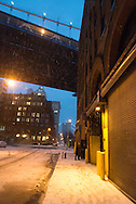New York under the snow;  Brooklyn.  DUMBO  the old docks and factory area. Down under Manhattan bridge overpass.  / le quartier des anciens docks et usines de , Down under Manhattan bridge overpass. en pleine transformation, quartier des artistes