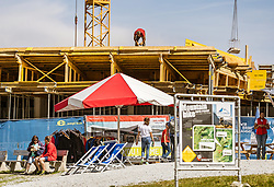 THEMENBILD - Arbeiter und Touristen . Ab Dezember 2019 wird das Familienskigebiet Maiskogel mit dem Gletscherskigebiet Kitzsteinhorn verbunden sein, aufgenommen am 23. August 2018 in Kaprun, Österreich //  construction site of new Cable Cars on the Kitzsteinhorn Glacier on a hot summer day, Kaprun, Austria on 2018/08/23. EXPA Pictures © 2018, PhotoCredit: EXPA/ JFK