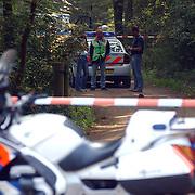 NLD/Huizen/20050906 - Verbrand lijk gevonden langs bospad Bussummerweg Huizen, recherche, afzetting, motor, lpd