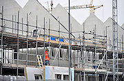 Nederland, Nijmegen, 8-9-2011Bouwvakkers zijn bezig met het bouwen van huizen in de nieuwe wijk Laauwik, onderdeel van de stadsuitbreiding van Nijmegen in Lent. Door de slechte economische situatie moeten de nieuwbouwplannen gewijzigd of uitgesteld worden.Foto: Flip Franssen/Hollandse Hoogte