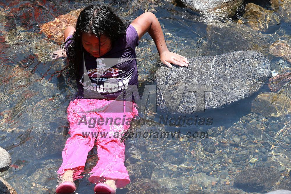 Toluca, México.- Comunidades indígenas del sur del Edomex., viven día a día la escases de agua potable, ya que no se cuenta con el acceso a las redes de distribución e infraestructura para que les llegue el vital líquido, problema que se da en comunidades en donde el agua es abundante, y en donde se localiza el Sistema Cutzamala, y resulta muy costoso meter esta infraestructura. Agencia MVT / Uriel Olivares