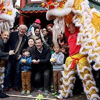 Nederland, Amsterdam , 1 februari 2014.<br /> De Drakendans onderdeel van het Chinees Nieuwjaar feest rond de Nieuwmarkt buurt zoals hier samen op de foto met de familie en eigenaar van Toko Dun Yong op de Gelderse kade. The Dragon Dance, part of the Chinese New Year celebration around the Nieuwmarkt area of Amsterdam (Chinatown)
