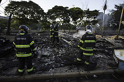 March 24, 2019 - SãO Paulo, Brazil - SÃO PAULO, SP - 24.03.2019: RESCALDO FAVELA NA RADIAL LESTE SP - Firefighters are working in the aftermath of a fire that completely destroyed the shanty towns in Favela do Cimento, on the Bresser Viaduct, east of Sao Paulo, on Sunday morning (24). Repossession was scheduled for this morning. (Credit Image: © Bruno Rocha/Fotoarena via ZUMA Press)