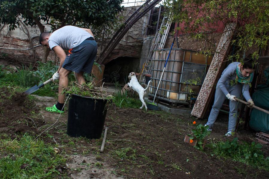 /ES/ Toda la familia participa en el trabajo del huerto. Aquí se usa un sistema de compostaje.