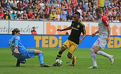 20170930, 1.BL, Bundesliga, FC Augsburg vs BVB Dortmund, WWK Arena Augsburg, Fussball, Sport im Bild:..Marwin Hitz (FC Augsburg) stoppt Pierre- Emerick Aubameyang (BVB), Jeffrey Gouweleeuw (FC Augsburg) schaut zu...*Copyright by:  Philippe Ruiz..Postbank Muenchen.IBAN: DE91 7001 0080 0622 5428 08..Oberbrunner Strasse 2.81475 MŸnchen, .Tel: 089 745 82 22, .Mobil: 0177 29 39 408..( MAIL:  philippe_ruiz@gmx.de ) ..Homepage: www.sportpressefoto-ruiz.de...