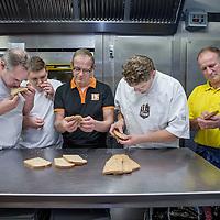 Nederland, Amsterdam, 23 november 2016.<br />Volkoren brood test bij Hartog's Volkorenbakkerij, Wibautstraat 77 te Amsterdam met:<br />Peter van de Ploeg (r)<br />Heeft eigen bakkerij in Callantsoog<br />Bart Schuitemaker (midden met bril)<br />Is baktechnisch adviseur<br />Jari Hendriks (2e links)<br />ROC leerling broodbakker<br />Fred Tiggelman (l)<br />Eigenaar Hartog's Volkorenbroodbakkerij en <br />Hein (2e) rechts.<br /><br /><br /><br />Foto: Jean-Pierre Jans