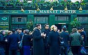 """Londyn, 2009-03-06. Przerwa na lunch przed pubem """"The Market Porter"""". Borough Market, Southwark."""