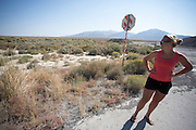 Lieske Yntema bekijkt het parcours. Het Human Power Team Delft en Amsterdam (HPT), dat bestaat uit studenten van de TU Delft en de VU Amsterdam, is in Amerika om te proberen het record snelfietsen te verbreken. Momenteel zijn zij recordhouder, in 2013 reed Sebastiaan Bowier 133,78 km/h in de VeloX3. In Battle Mountain (Nevada) wordt ieder jaar de World Human Powered Speed Challenge gehouden. Tijdens deze wedstrijd wordt geprobeerd zo hard mogelijk te fietsen op pure menskracht. Ze halen snelheden tot 133 km/h. De deelnemers bestaan zowel uit teams van universiteiten als uit hobbyisten. Met de gestroomlijnde fietsen willen ze laten zien wat mogelijk is met menskracht. De speciale ligfietsen kunnen gezien worden als de Formule 1 van het fietsen. De kennis die wordt opgedaan wordt ook gebruikt om duurzaam vervoer verder te ontwikkelen.<br /> <br /> Lieske Yntema  takes a look at the track. The Human Power Team Delft and Amsterdam, a team by students of the TU Delft and the VU Amsterdam, is in America to set a new  world record speed cycling. I 2013 the team broke the record, Sebastiaan Bowier rode 133,78 km/h (83,13 mph) with the VeloX3. In Battle Mountain (Nevada) each year the World Human Powered Speed Challenge is held. During this race they try to ride on pure manpower as hard as possible. Speeds up to 133 km/h are reached. The participants consist of both teams from universities and from hobbyists. With the sleek bikes they want to show what is possible with human power. The special recumbent bicycles can be seen as the Formula 1 of the bicycle. The knowledge gained is also used to develop sustainable transport.
