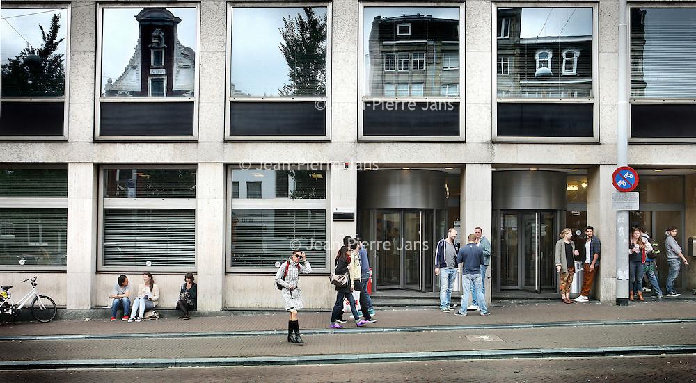 Nederland, Amsterdam , 1 juli 2012..Universiteitsbibliotheek Amsterdam UBA op de Singel..Studenten roken en kletsen buiten op de stoep..Foto:Jean-Pierre Jans