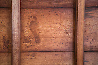 Genko-an ceiling is made up of floor boards from the Fushimi Momoyama Castle  but was destroyed.  The boards (are stained by the blood of samurai who fought and died in the battle.  The boards were included in the temple's structure to sooth the spirits of the samurai who fell in battle.