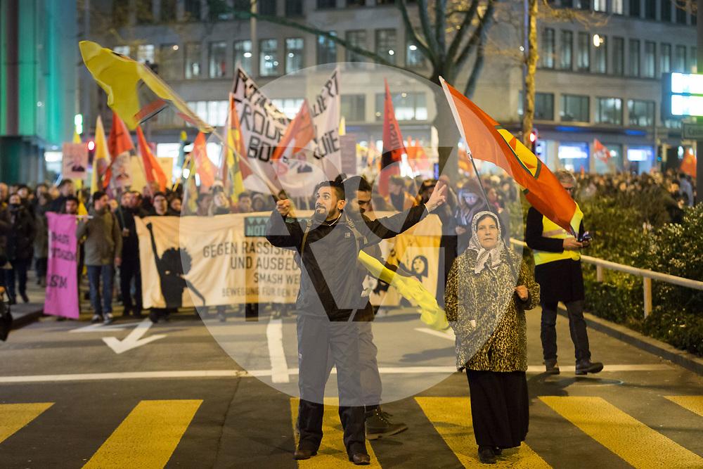 SCHWEIZ - ZÜRICH - Demo 'Trump not welcome!' organisiert von Bewegung für den Sozialismus BFS und BFS Jugend Zürich; hier Kurden auf der Sihlstrasse, mit der Fahne der PKK, die gegen die türkische Militäroperation in Efrin protestiert - 23. Januar 2018 © Raphael Hünerfauth - http://huenerfauth.ch