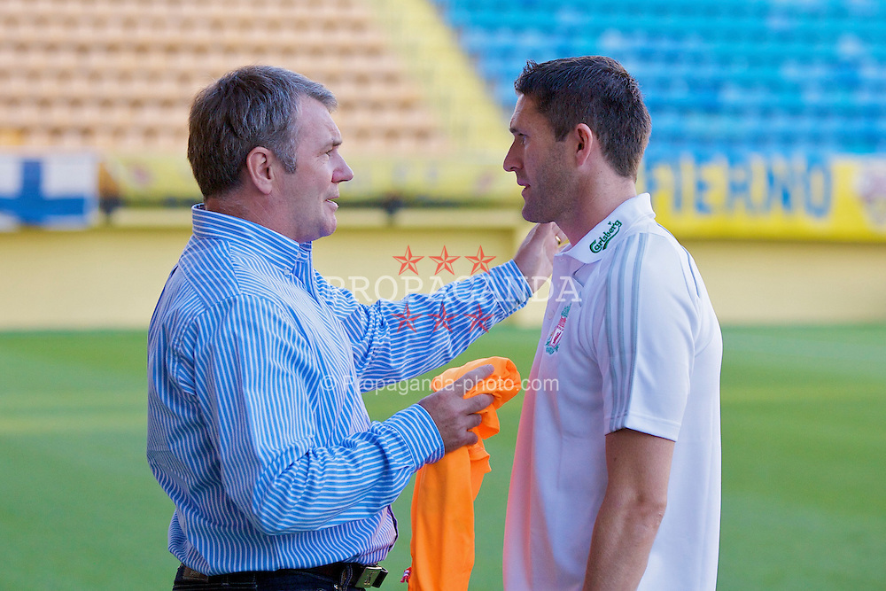 VILLARREAL, SPAIN - Wednesday, July 30, 2008: Liverpool's Robbie Keane chats with former Republic of Ireland and Liverpool striker Ray Houghton before a friendly match against Villarreal at the Madrigal Stadium. (Photo by David Rawcliffe/Propaganda)