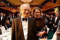 22 NOV 2002, BERLIN/GERMANY:<br /> Johannes Rau, Bundespraesident, und Ehefrau Christina Rau, waehrend dem Bundespresseball 2002 unter dem Motto Staats-Theater, Hotel Interconti<br /> IMAGE: 20021122-01-010<br /> KEYWORDS: Ball, Tanz, Presseball, Bundespräsident, Gattin, Ehefrau