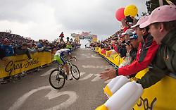 21.05.2011, Monte Zoncolan, ITA, Giro d´ Italia 2011, 14. Etappe, Lienz - Monte Zoncolan, im Bild Fans feuern Vincenzo Nibali (ITA) Liquigas Cannondale lautstark an // during the Giro d´ Italia 2011, Stage 14, Lienz - Monte Zoncolan, Italy, 2011-05-21, EXPA Pictures © 2011, PhotoCredit: EXPA/ J. Feichter