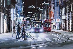 THEMENBILD - öffentliche Verkehrsmittel in der nächtlichen Stadt, aufgenommen am 23. Jänner 2021 in Innsbruck, Oesterreich // Public transport in the city at night in Innsbruck, Austria on 2021/01/23. EXPA Pictures © 2021, PhotoCredit: EXPA/ JFK