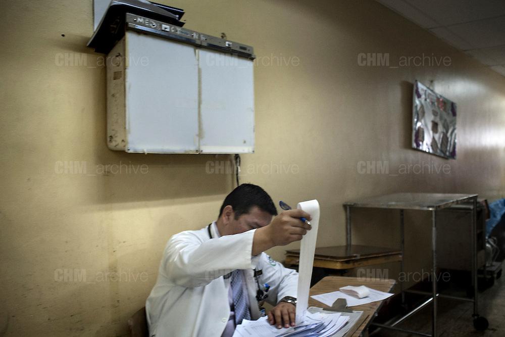 Un nefrologo nella sua postazione di lavoro nell' ospedale pubblico Heodra di Leon. <br /> <br /> 18 maggio  2016 . Daniele Stefanini /  OneShot