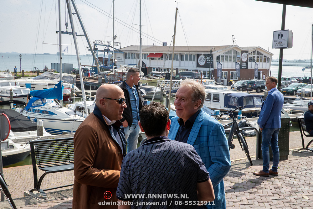 NLD/Volendam/20190522 - Boekpresentatie Keje Molenaar – Meesterlijk, journalist John van den Heuvel, Pier Tol en Maarten Spanjer met zijn beveiligers op de achtergrond