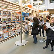 Nederland Rotterdam 26-03-2009 20090326 Foto: David Rozing ..Serie UWV, vmbo leerlingen bekijken folders  UWV Werkbedrijf lokatie Schiekade centrum Rotterdam, de vroegere arbeidsbureaus ( CWI UWV ) De werkloosheid in Nederland begint op te lopen. Dat blijkt uit de jongste cijfers die het Centraal Bureau voor de Statistiek (CBS) de oorzaak is de krediet crisis Holland, The Netherlands, dutch, Pays Bas, Europe,  , vrouw, meid, jonge, jonge,  autochtoon, autochtonen, autochtone , economische, financien, financiele, krimp, krimpen, nederlandse, economy ..Foto: David Rozing/