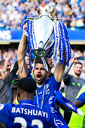 Diego Costa lifts the trophy as Chelsea celebrate winning the 2016/17 Premier League - Rogan Thomson/JMP - 21/05/2017 - FOOTBALL - Stamford Bridge - London, England - Chelsea v Sunderland - Premier League..