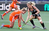DEN HAAG -  WK Hockey Nieuw Zeeland vs Nederland. Anita Punt (r) van NZL passeert Ellen Hoog ANP KOEN SUYK