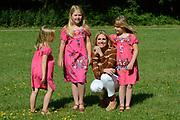 Koninklijke fotosessie 2012 in Wassenaar.<br /> <br /> Op de foto:  Prinses Máxima met haar dochters Ariane , Amalia en Alexia