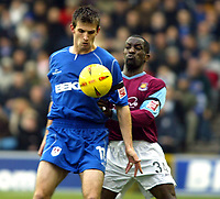Fotball<br /> England 2004/2005<br /> Foto: SBI/Digitalsport<br /> NORWAY ONLY<br /> <br /> Millwall v West Ham United<br /> Coca Cola Championship. 21/11/2004.<br /> <br /> Chris Powell of West Ham and Scott Dobie of Millwall tussle for the ball at the Den