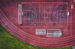 THEMENBILD - ein Basketballplatz mit Laufbahn, aufgenommen am 18. April 2020 in Zell am See, Österreich // a basketball court with running track, Zell am See, Austria on 2020/04/18. EXPA Pictures © 2020, PhotoCredit: EXPA/ JFK