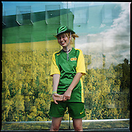 """Katy. Homeless world cup´s Player..Melbourne, Australien, 19 hat drei Monate auf der Straße gelebt, wohnt jetzt in einem Lagerhaus, wo es keine Küche gibt, will bald in ein besetztes Haus ziehen..""""Ich habe einen Job gefunden, aber ohne das Selbstvertrauen, das ich beim Fußballspielen gewonnen habe, hätte ich mich nicht einmal vorgestellt. In fünf Jahren würde ich gern auf einer Farm in den Bergen leben, Hühner züchten und Gemüse anbauen.""""..Melbourne, Australia, 19 lived on the street for 3 months. Lives in a warehouse now, without a kitchen. Wants to move to a squad soon..""""I found a job, but without the self-confidence I won by playing football, I wouldn't even have gone to the job interview. In 5 years I want to live on a farm in the mountains, breed chicken and grow vegetables."""""""