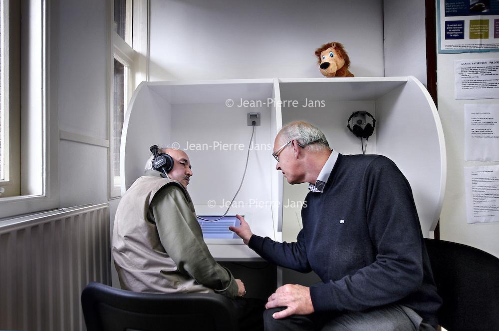 Nederland, Amsterdam , 23 oktober 2012..Huisarts J. Nederhof.Demonstreert bij Turkse patient nieuw vertaal apparaat d.m.v. tekst of beeld..Foto:Jean-Pierre Jans