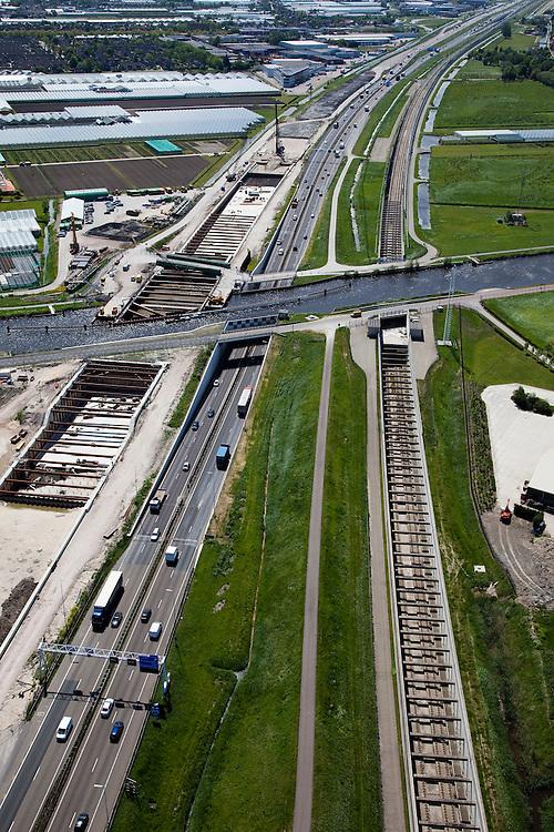 Nederland, Zuid-Holland, Noord-Holland,12-05-2009; Huigsloterdijk en Ringvaart Haarlemmermeer. Aanleg nieuw aquaduct voor de te verbreden Rijksweg A4. Het nieuwe aqua-duct komt naast de bestaande aquaducten voor de autoweg A4 (midden) en de  HSL (rechts). In de achtergrond de kassen van Roelofarendsveen.Swart collectie, luchtfoto (toeslag); Swart Collection, aerial photo (additional fee required).foto Siebe Swart / photo Siebe Swart