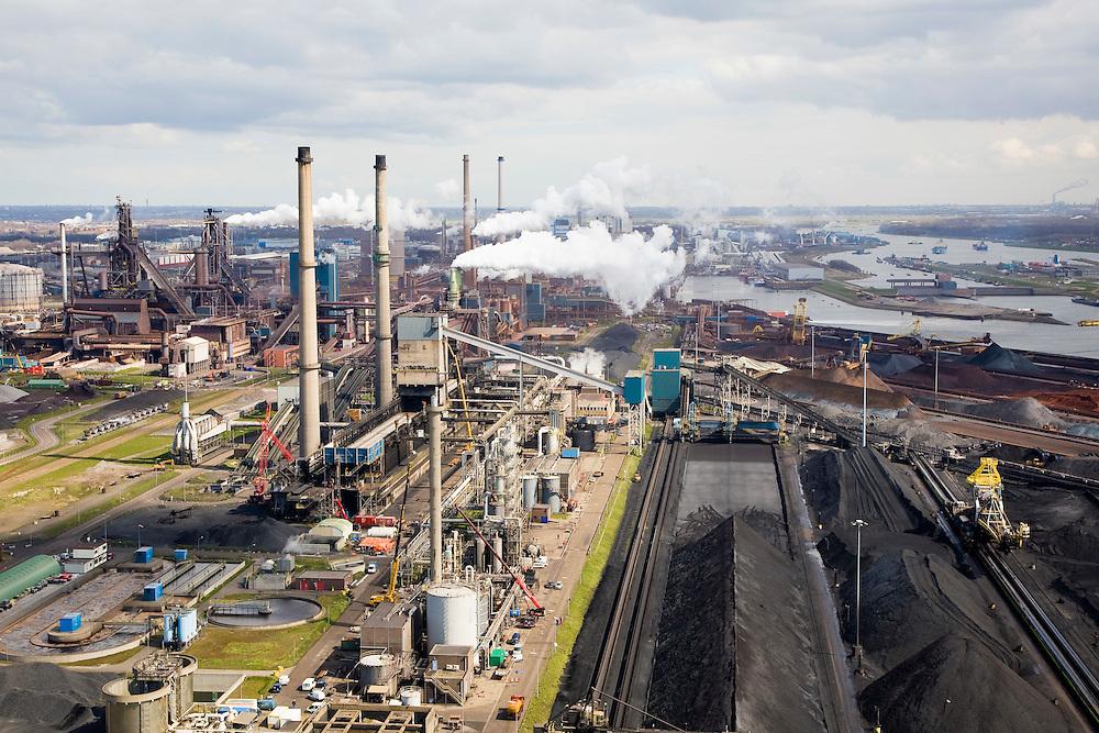 Nederland, Noord-Holland, Velsen, 16-04-2008; zicht op het terrein van Corus (voorheen Hoogovens), met cokesfabriek; rechts opslag erts, kolen, cokes; links in de achtergrond de eigenlijke hooghovens; het complex ligt in Velsen-Noord, naast het Noordzee kanaal, midden rechts de sluizen van het Noordzee kanaal; Corus: voorheen Hoogovens, gefuseerd met British Steel..luchtfoto (toeslag); aerial photo (additional fee required); .foto Siebe Swart / photo Siebe Swart