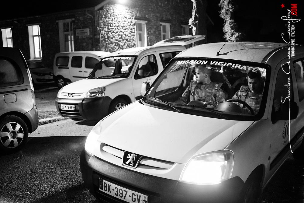 """mardi 4 octobre 2016, 5h45, Satory. Les légionnaires du 2ème Régiment Etranger d'Infanterie de Nîmes ont reçu pour consigne de leurs cadres de prendre le départ en convoi pour leurs zones de patrouille à 6h00. Tradition """"Légion"""" oblige, 15 minutes avant l'horaire, tous les légionnaires sont dans les véhicules, prêts à partir."""