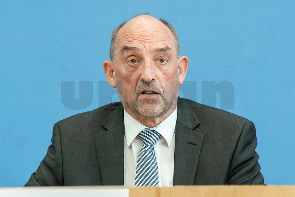 """31 MAR 2020, BERLIN/GERMANY:<br /> Detlef Scheele, Vorsitzender des Vorstandes der Bundesagentur für Arbeit, waehrend einer Pressekonferenz zum Thema """"Zur Lage am deutschen Arbeitsmarkt"""" waehrend der Corona-Krise, Bundespressekonferenz<br /> IMAGE: 20200331-01-015<br /> KEYWORDS: BPK"""