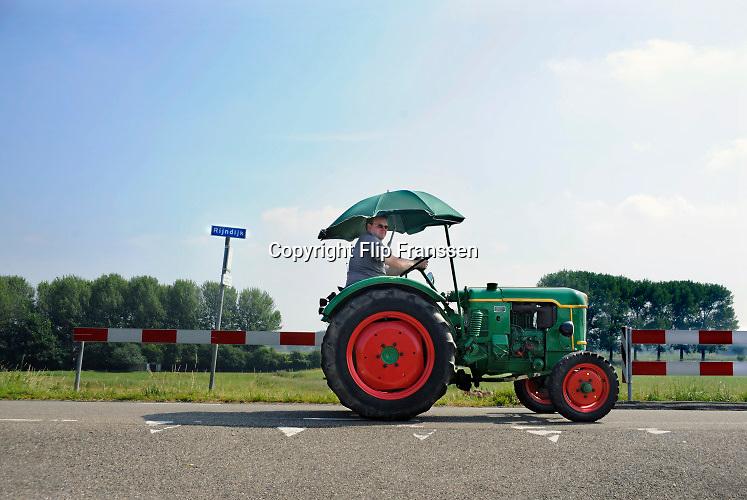 Nederland, angeren, 11-9-2019Toertocht met autos en trekkers, tractoren door de betuwe op de waaldijk.Foto: Flip Franssen.