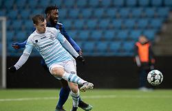 Nicolas Mortensen (FC Helsingør) kommer foran Abdel Diarra (HB Køge) og scorer til 2-1 under træningskampen mellem FC Helsingør og HB Køge den 22. februar 2020 på Helsingør Ny Stadion (Foto: Claus Birch).