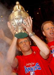02-06-2003 NED: Huldiging bekerwinnaar FC Utrecht, Utrecht<br /> De spelers en de technische staf kregen een rondrit door de stad in een open Engelse dubbeldekker. Om 20.30 uur keert de stoet terug in Galgenwaard en zal in het stadion de officiële huldiging plaatsvinden / John van Loen, Foeke Booij