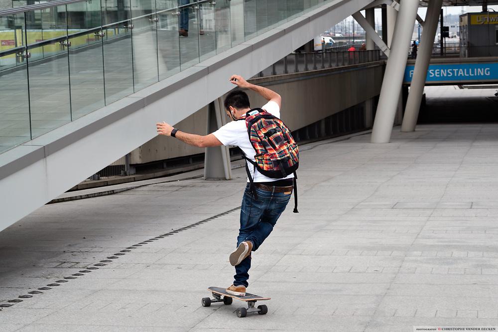 Skaters demonstreert zijn truukjes op de helling naar de fietsenparking aan het Sint Pieters station