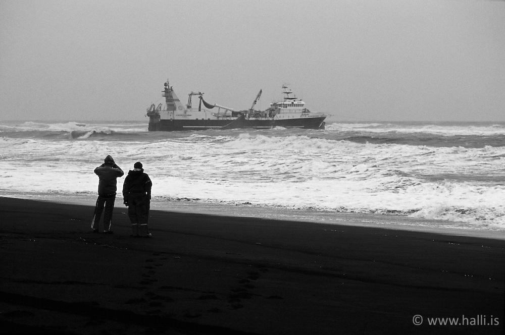 The ship Baldvin Thorsteinsson stranded in South coast Iceland - Baldvin Þorsteinsson, björgun úr skipsstrandi