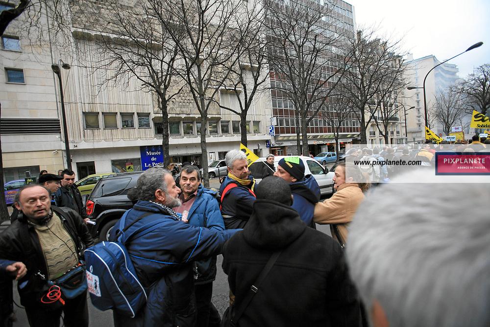 Manifestation à propos du travail de nuit dans les centres de tri de la Poste à l'appel de différents syndicats à Paris devant le siège du groupe. - Olivier Besancenot, candidat de la LCR aux élections présidentielle de 2007 - 19/1/2007 - Paris - JSB / / PixPlanete