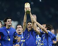 Fotball<br /> VM 2006<br /> Finale<br /> Frankrike v Italia<br /> 09.07.2006<br /> Foto: Witters/Digitalsport<br /> NORWAY ONLY<br /> <br /> v.l. Vicenzo Iaquinta, Luc Toni mit WM Pokal, Andrea Pirlo Italien Weltmeister 2006<br /> Fussball WM 2006 Finale Italien - Frankreich 6:5 n.E.