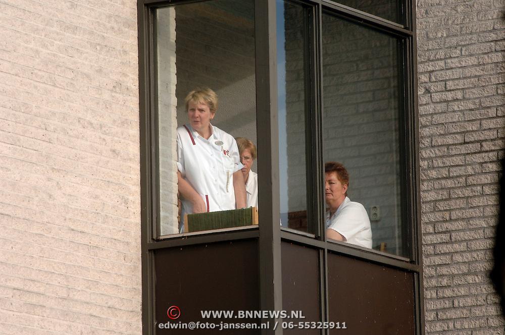 NLD/Naarden/20051222 - Brand in bejaardentehuis de Veste Naarden, hulpverleners en personeel wachten op nadere orders