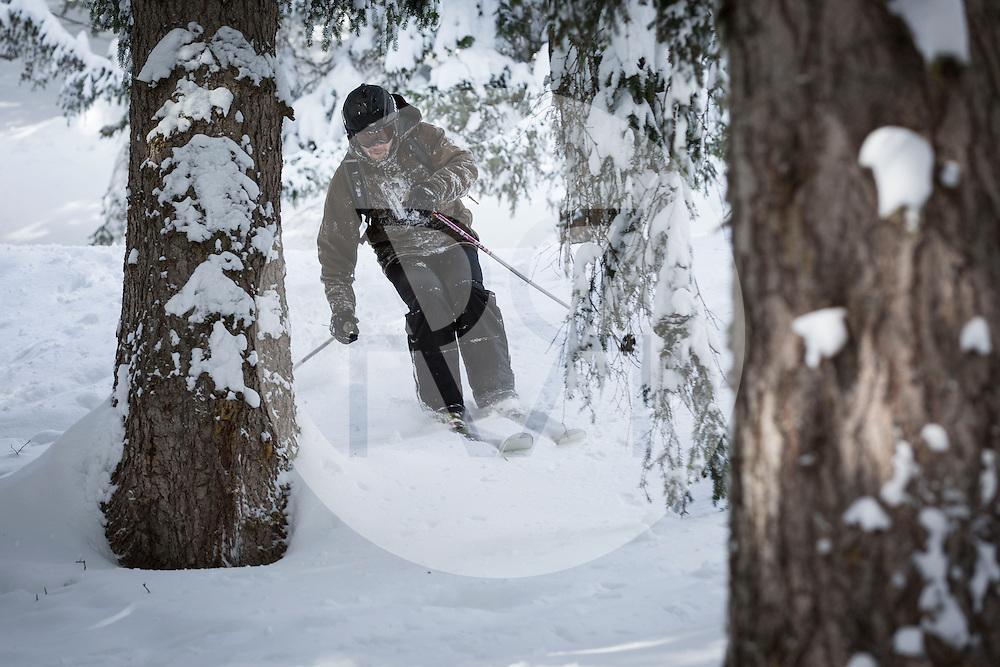 SCHWEIZ - CRANS-MONTANA - Ein Skifahrer im verschneiten Wald - 02. Februar 2015 © Raphael Hünerfauth - http://huenerfauth.ch