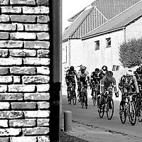 België, Gent, 27-02-2016.<br /> Wielrennen, Internationaal, Elite, Mannen, Omloop Het Nieuwsblad.<br /> Kai Reus ( 2e van rechts in het zwart van de Willems ploeg ) met op kop de fransman Alexis Gougeard van de AG2R La Mondiale ploeg in de groep van de vroege vluchters. Gougeard wordt uiteindelijk nog 5e. Kai Reus zal op het eind van de koers op de Paddestraat lek rijden en uit de kopgroep verdwijnen.<br /> Foto : Klaas Jan van der Weij