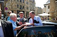DEU, Deutschland, Germany, Leipzig, 22.08.2013:<br />SPD-Kanzlerkandidat Peer Steinbrück gibt nach seinem Besuch am  Wahlkampfstand der SPD in der Leipziger Innenstadt einem Bürger ein Autogramm.