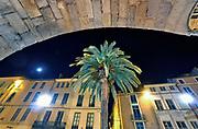 Frankrijk, Nimes, 12-11-2019Avondbeeld van het oude stadscentrum van deze stad in Zuid Frankrijk . Er zijn veel overblijfselen uit de Romeinse tijd zoals een goed bewaarde Arena .Foto: Flip Franssen