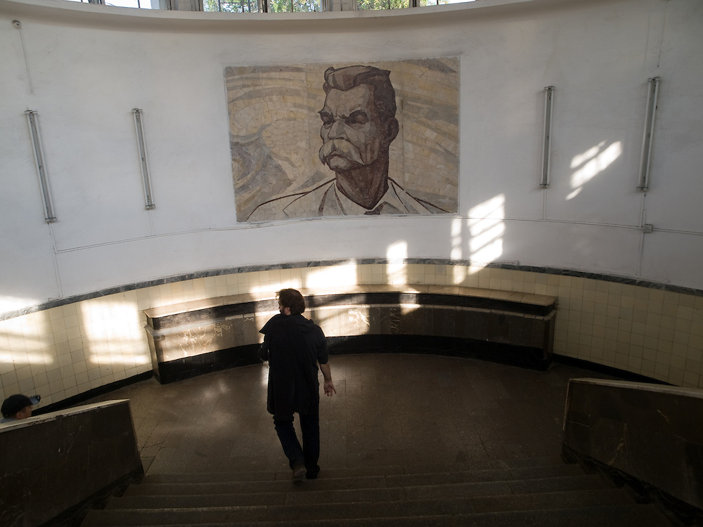 Eingang zur Metro Station Park Kultury der Sokolnitscheskaja-Linie. Bild des Schriftstellers Maxim Gorki. <br /> <br /> Entrance to the metro station Park Kultury (Park of Culture). The station is on Moscow Metro's Sokolnicheskaya Line. Named after the nearby Maxim Gorky Park of Culture and Leisure located across the Moskva River. Image of Maxim Gorky who was a Russian/Soviet author, a founder of the socialist realism literary method and a political activist.