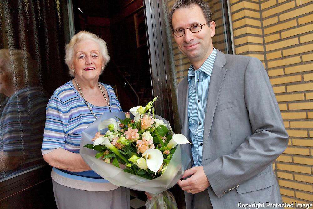 358135-Mariette Simons (mantelverzorgster) wordt in de bloemen gezet door Schepen Koen Breugelmans-Eeuwfeestlaan 188 Lier