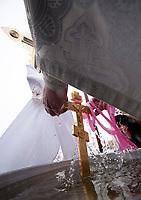 19.01.2012 Wies Odrynki woj podlaskie Swieto Chrztu Panskiego zwane tez Swietem Jordanu w skicie swietych Antoniego i Teodozjusza Kijowsko-Pieczerskich, jedynej w Polsce prawoslawnej pustelni. Jest jednym z 12 najwazniejszych w kosciele prawoslawnym. Po Swietej Liturgii (nabozenstwie) wierni udaja sie nad rzeke aby poswiecic wode N/z swiecenie wody nad rzeka Narew fot Michal Kosc / AGENCJA WSCHOD