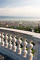 VEDUTA DI VICENZA, LA BASILICA PALLADIANA (architetto Andrea Palladio 1549) E IL DUOMO DAL PARAPETTO DEL PIAZZALE DELLA VITTORIA, VENETO, ITALIA