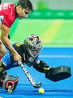 RIO DE JANEIRO  (Brazilië) - goalie Andrew Charter (Aus)  met Thomas Briels (Belg.)  tijdens de poulewedstrijd hockey heren Belgie-Australie tijdens de Olympische Spelen . COPYRIGHT KOEN SUYK